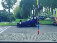 Automobilist (21) botst tegen paaltje en slaat over de kop in Nieuw-Lekkerland