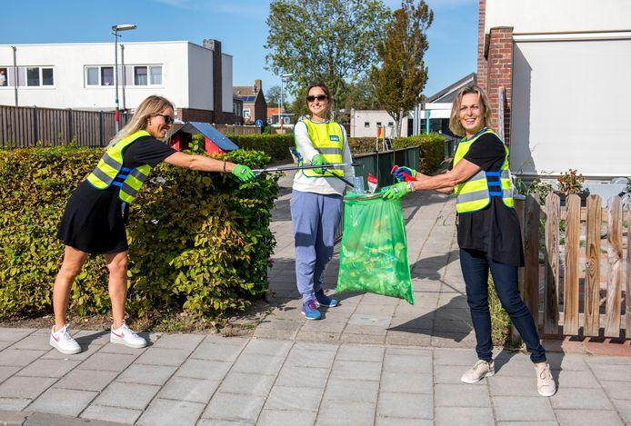 Leerkrachten van basisschool De Stroming in Middelburg ruimden vrijdag de Stromenwijk op. Vlnr: Anita van der Welle, Marieke van Mackelenbergh en directeur Lyanne Telussa.