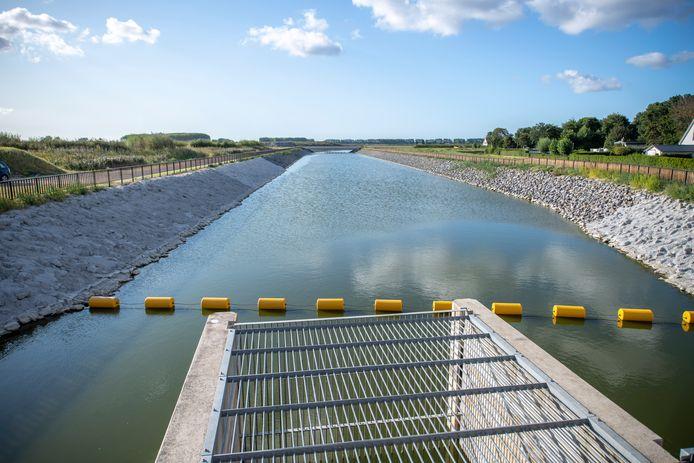 Foto vanaf de getijdenduiker, die verstopt zit in de Westerscheldedijk. Via een kanaal wordt de Westerschelde verbonden met Waterdunen (achter de brug in de verte).