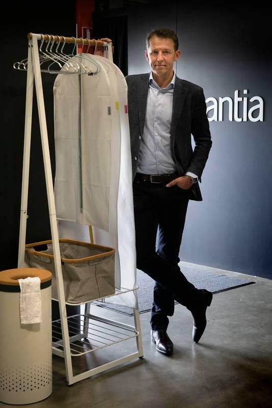 Tijn van Elderen bij het kledingrek Linn, een van de producten uit de nieuwe collectie van Brabantia.