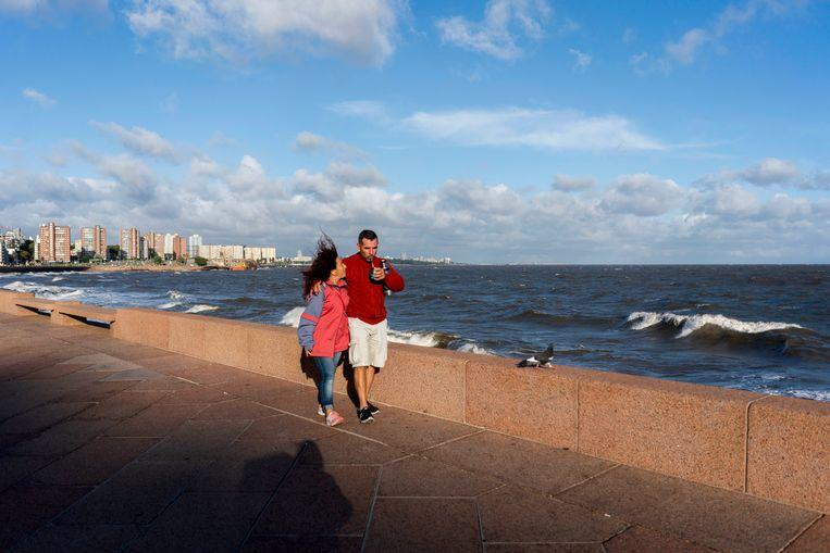 Uruguayanen lopen op de boulevard van hoofdstad Montevideo. In het Zuid-Amerikaanse land geldt nog geen algehele lockdown. (19/03/2020).