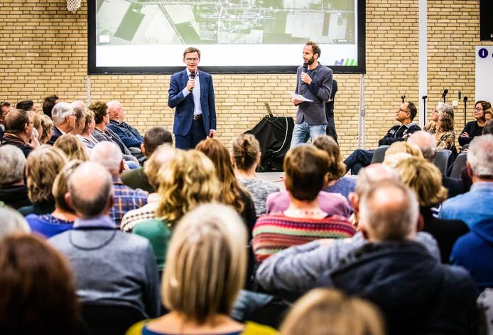 De bijeenkomst met dorpswethouder Harry van Waveren gisteravond in de sporthal van Klaaswaal.
