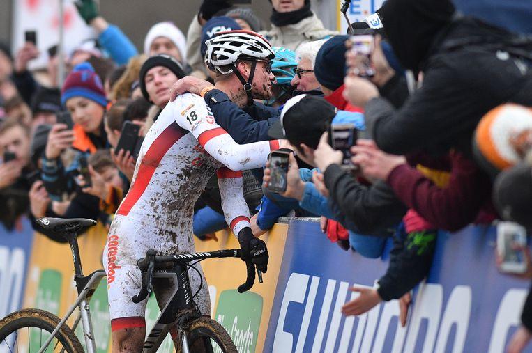 Mathieu Van der Poel zocht aan de finish zijn grootvader Raymond Poulidor op.