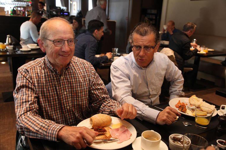 Paul en Luc hebben elkaar na een jaar weer heel wat te vertellen bij het ontbijt.