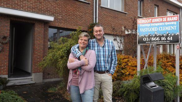 Leentje Caremans en Wim Van Rymenant voor hun pas verkochte woning in Boom.