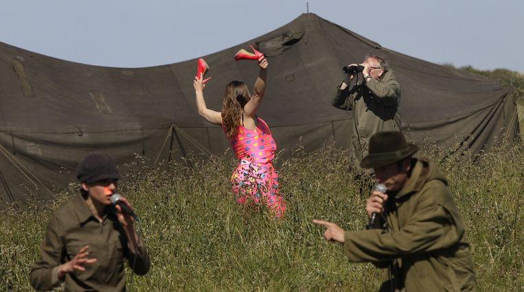Theatergezelschap Cowboy bij Nacht tijdens de try-out van het stuk De meeuwen van Tinbergen in de duinen bij Oosterend. Beeld anp