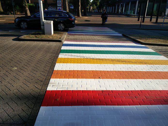 Het regenboogzebrapad in Oss.