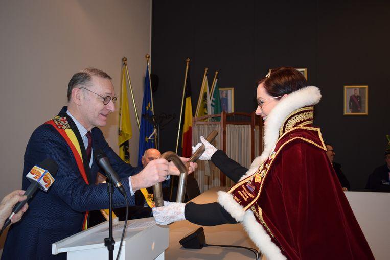 Prinses Sarah I kreeg symbolisch de sleutel van het gemeentehuis, uit handen van burgemeester Philippe De Coninck.