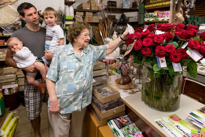 Simone Lycops  ontving 89 rozen van de buurt en collega winkeliers op haar 89e verjaardag