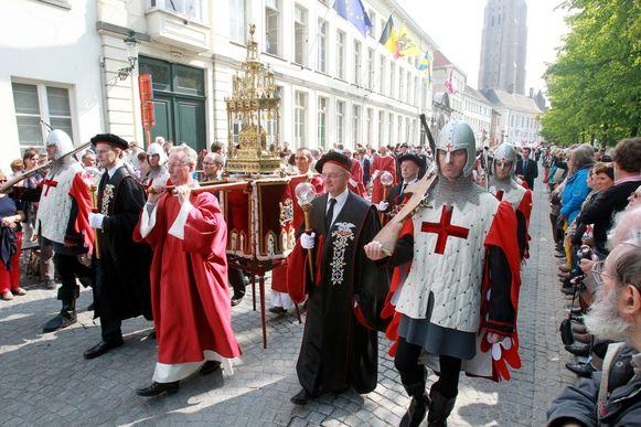 Het relikwie van het Heilig Bloed wordt tijdens de Bloedprocessie door de straten gedragen. Brugges Schoonste Dag lokt elk jaar op Hemelvaart tienduizenden kijklustigen.
