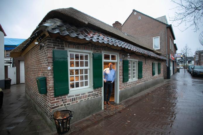 Arjan van de Vondervoort bij zijn kostershuisje.