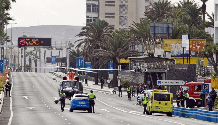 Een helikopter van de hulpdiensten landt een straat naast het ziekenhuis Insular, met slachtoffers van de gasexplosie. Beeld EPA
