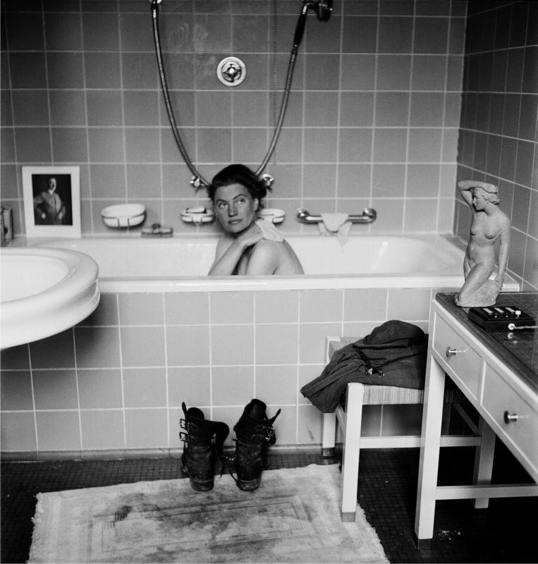 Lee Miller en David Sherman, Lee Miller in Hitler's Bathtub. Beeld