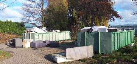 Bewoners balen van containers met troep op sportpark De Hoge Bomen in Naaldwijk
