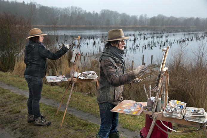 Catharina Driessen (links) uit Neerkant en Emelie Jegerings uit Deurne in een mistige Mariapeel.
