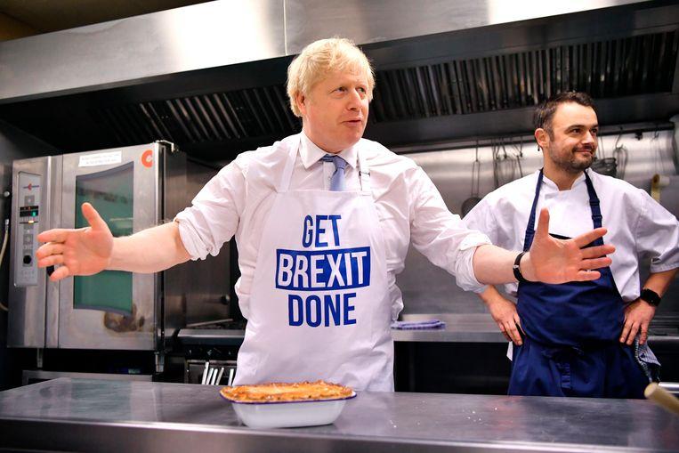 Zelfs bij het koken voor de camera blijft de politieke voorkeur van Johnson duidelijk.