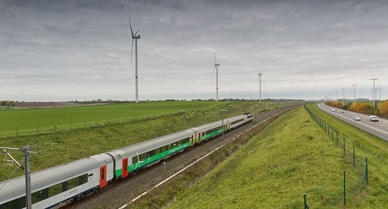 De eerste 'zeiltrein' rijdt voorbij het windturbinepark dat de groene stroom voor de trein levert.