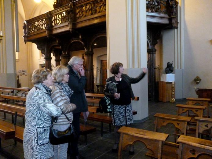 Anne-Marie Cornelissen leidde de bezoekers door de 700 jaar oude kerk.