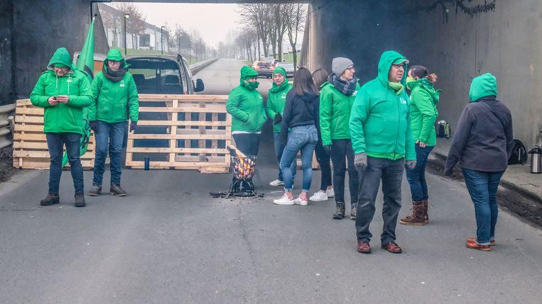 Een stakingspiket blokkeerde de Industrielaan in Waregem.