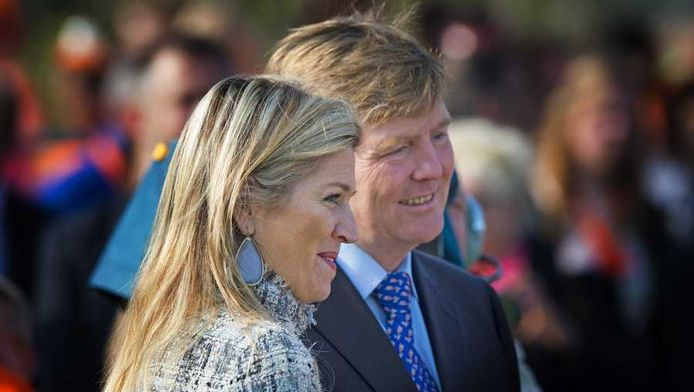 Prins Willem-Alexander en prinses Maxima tijdens het officiele startsein voor de Koningsspelen op basisscholen De Triangel en Het Palet.
