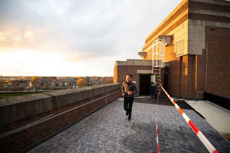 Ook over het dak van de school werd gelopen.