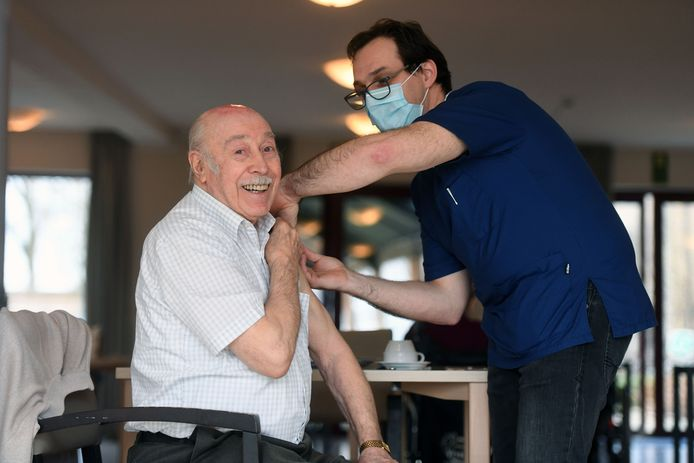 Jean Daman (88) krijgt het coronavaccin van dokter Willem Van Nuffel.