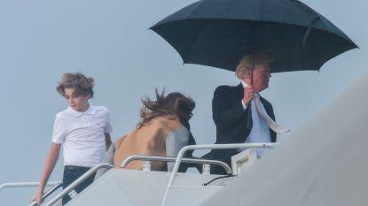 Zo galant: Trump schuilt onder paraplu maar laat familie in de kou staan