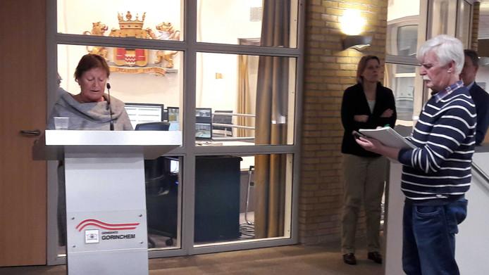Tanja van der Ploeg, voorzitter van de landelijke stichting Belangengroepering Tabak Mag, spreekt in op het stadhuis van Gorinchem. De raadsgriffier maakt aantekeningen.