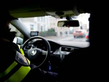 Gestolen auto met Duits kenteken ramt politieauto: agenten lossen waarschuwingsschoten