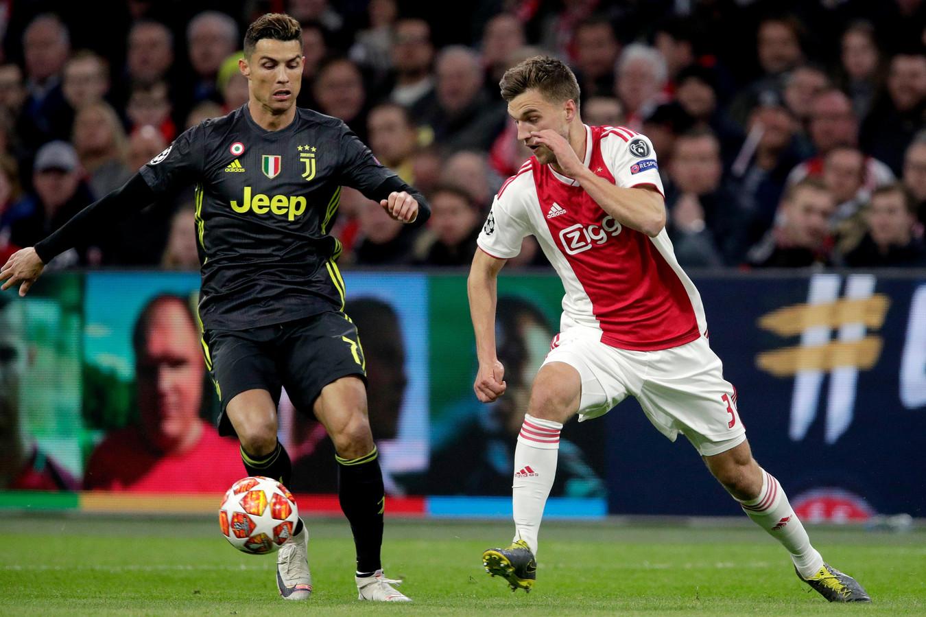 Joël Veltman in duel met Cristiano Ronaldo.