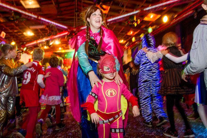 Kindercarnaval in Haarle in het toenmalige dorpshuis Cultura.