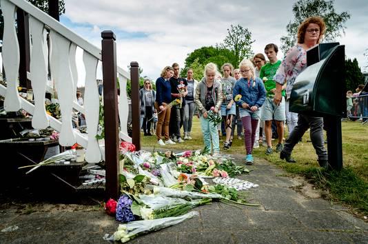 Naasten en dorpsgenoten namen deel aan de rouwstoet op de dag van de begrafenis van Romy.