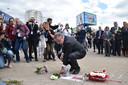 Hoofd van de delegatie van de Europese Unie in Wit-Rusland legt bloemen op de plek waar een betoger omkwam.