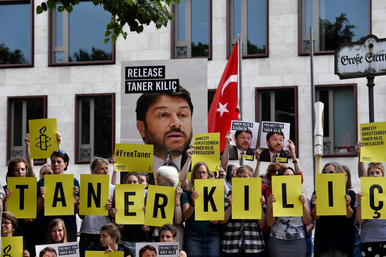 Een protest voor de vrijlating van Taner Kiliç, vorig jaar, voor de Turkse ambassade in Berlijn.