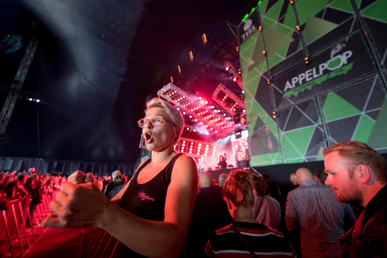Muziektolk Mirjam Stolk vertaalt op Appelpop de teksten en de muziek van Waylon voor doven en slechthorenden.