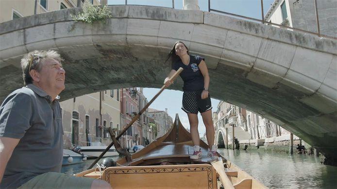 Rudi Vranckx op een gondel in Venetië, waar de term quarantaine in de middeleeuwen werd uitgevonden toen de pest dood en verderf zaaide.