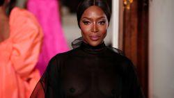 IN BEELD. Naomi Campbell (48) loopt nog eens een catwalk... in een doorzichtige jurk