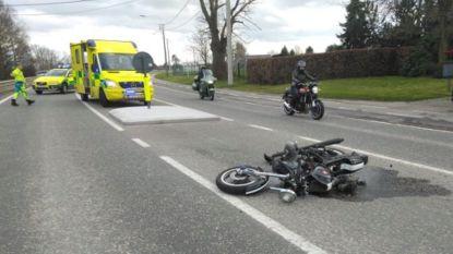 Motorrijder zwaargewond na crash tegen pas aangelegd verkeerseiland boven Kleiberg in Brakel