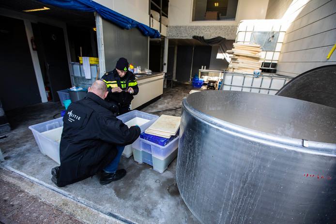 De milieuafdeling van de politie deed samen met een aantal partners donderdag onderzoek in en om een bedrijfspand aan de Franklinstraat 's-Gravenzande.