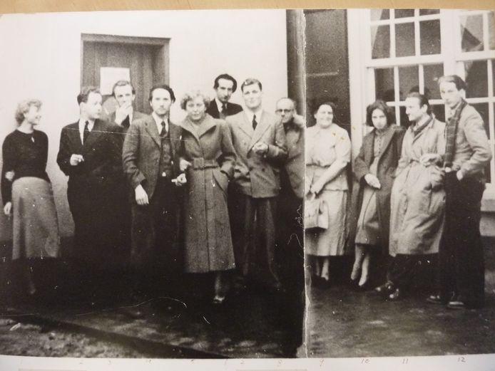 De oprichters van kunstenaarsvereniging De Ploegh, kort na de oorlog. Tweede van links Max Keuris, vierde van links Toont Tieland en helemaal rechts Johan Traarbach.