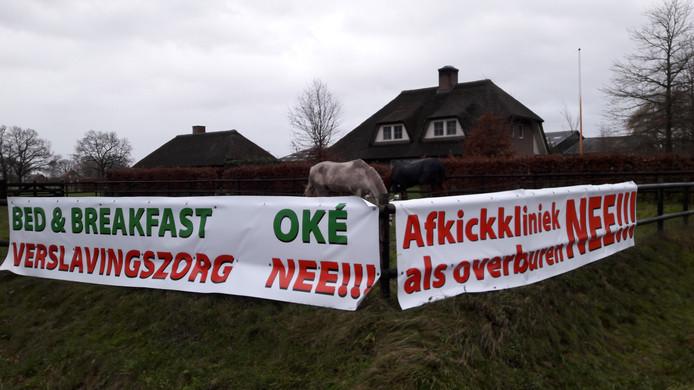 Met spandoeken voor zijn paardenweitje wakkerde Moergestelnaar Arno Tiebosch het protest tegen de komst van GGZ Momentum aan.
