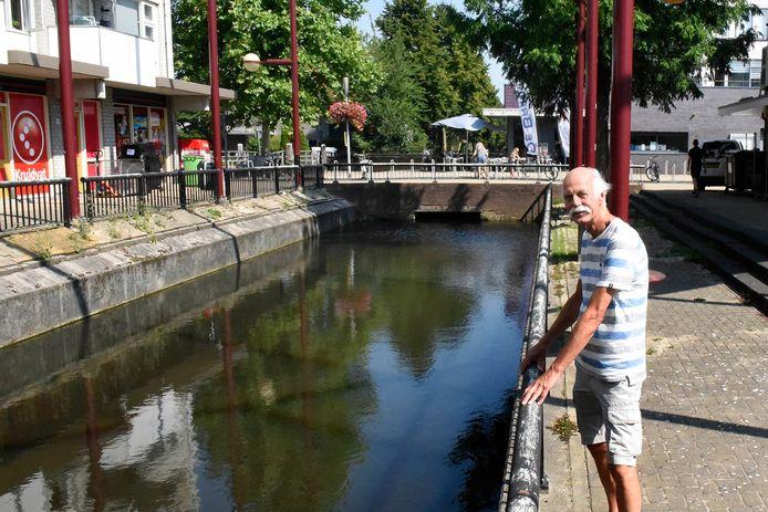 Michael Stallvord bij het watertje Molenvliet. De oever links moet vergroenen, zegt hij.