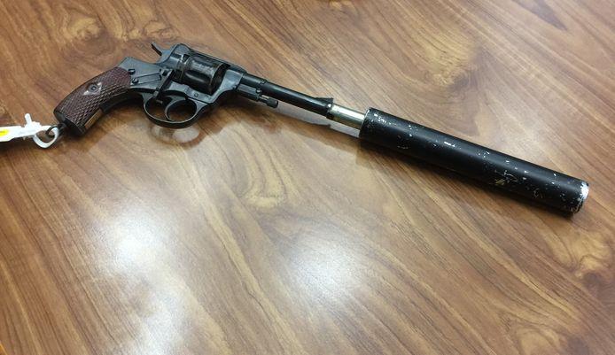 Het wapen (met demper) waarmee Freddy Janssen zich in mei 2015 van het leven zou hebben beroofd. Verdachte Jan B. uit Hulten werd veroordeeld voor het in stukken hakken en wegmaken van het lijk.