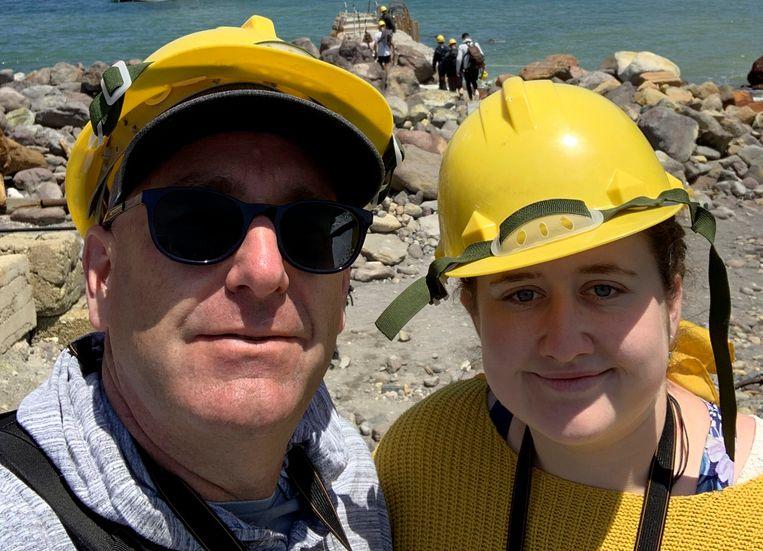 Twee van de 47 toeristen die maandag op White Island waren toen de vulkaan uitbarstte. Lillani Hopkins en haar vader Geoff wisten op tijd weg te komen.    Beeld AP