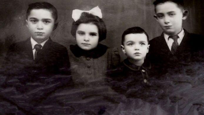 De Joodse weeskinderen Morthe, Greta, Alfred en Zoltan Friedman. Alleen Alfred overleefde de oorlog. Na Alfred te hebben opgespoord, ontving Reinier deze foto, waardoor Morthe, Greta en Zoltan donderdag op de gedenkmuur kunnen worden toegevoegd.