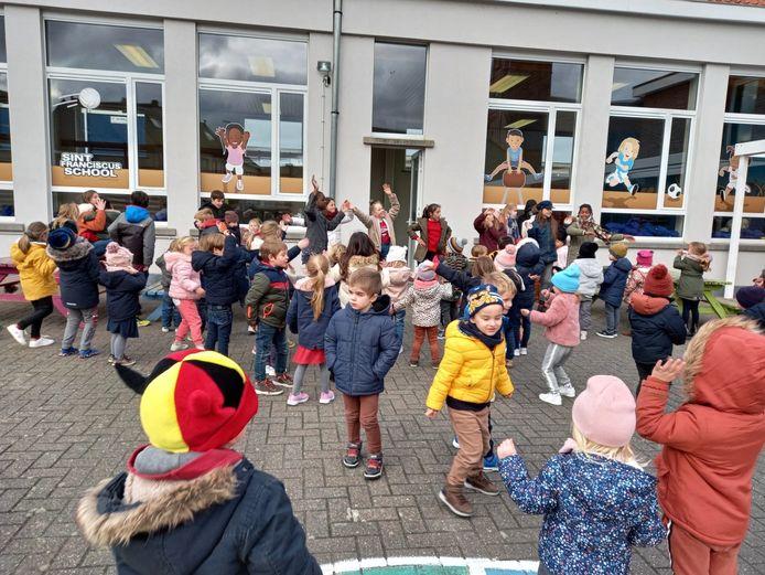 De leerlingen van de Sint-Franciscusschool van Burst zongen en dansten tijdens een 'share your song' ter gelegenheid van 'Rode Neuzen Dag'.