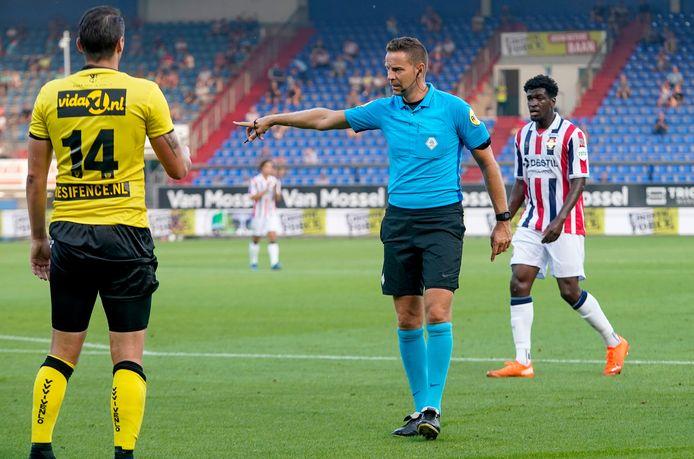 Pol van Boekel in actie bij Willem II-VVV, zijn eerste (oefen)wedstrijd als scheidsrechter sinds de coronastop in maart.