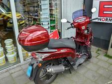 Automobilist schept brommer in Tilburg