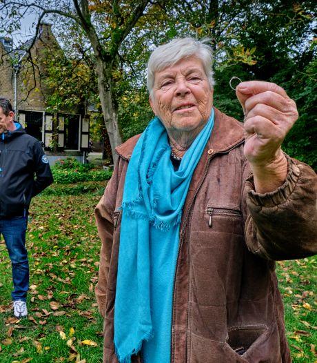 Verloren gewaand ringetje na 31 jaar uit Dubbeldamse klei gevist: 'Mijn moeder had dit prachtig gevonden'