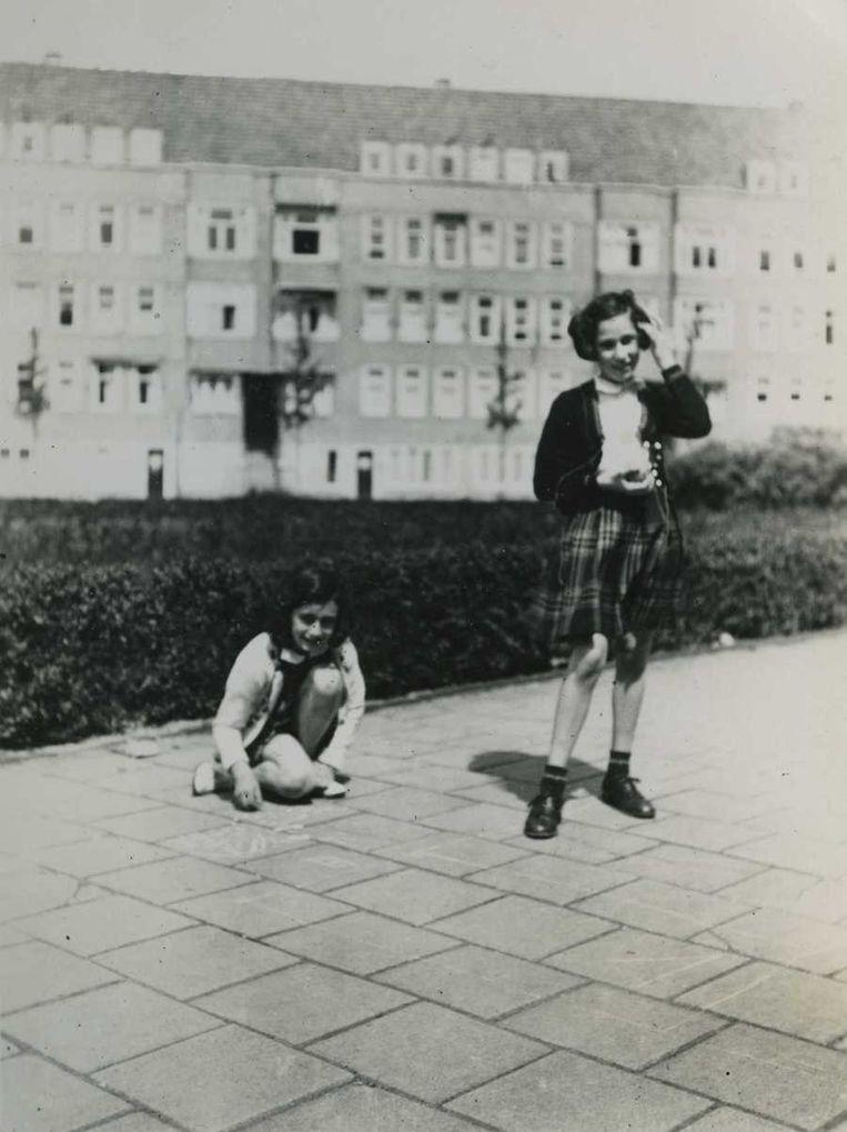 Anne met vriendin Hanneli Goslar op het Merwedeplein Beeld ANP